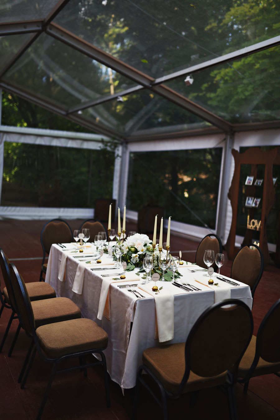 Samantos ir Aringo vestuvės. Nuotrauka - Miglė Radžvilaitė Photography  gėlės -Fitodizaino studija   dekoras - 2frogs