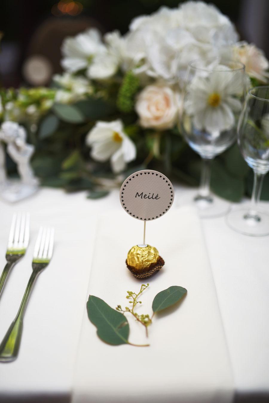 """Samanta ir Aringo vestuvės. Nuotrauka - Miglė Radžvilaitė Photography  dekoras - 2frogs   šventės vieta - """"Raudondvario dvaro"""" didžioji lauko terasa"""