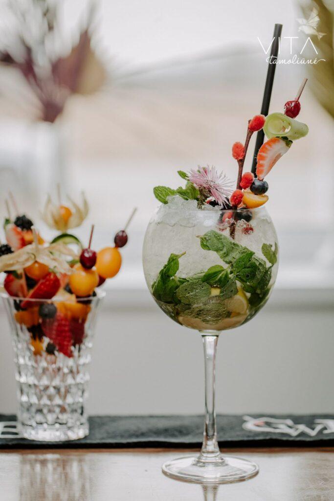 Kokteilis su romu vestuvėse